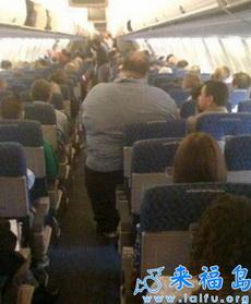 这位乘客,请到里边坐,飞机就要起飞了,请绑好你的安全!