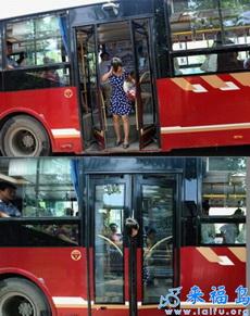 一MM下公交车时杯具了,以后下公交时要小心啊!!!