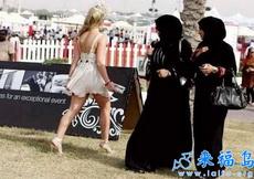 快看那姑娘,穿的好不害臊,好不守妇道耶!