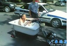 上班来不及,只能现在车上洗漱一下了