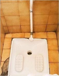 现在去厕所都这么有难度了!