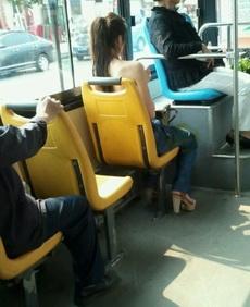 公交车上的一极品妹子,她到底穿衣服没?