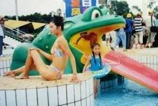老爸在游乐场水上乐园给女儿照的照片,后面那个才是女儿,当时爸爸还说,这个角度好!不要动。