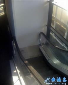 尼玛下完电梯不知道怎么走了