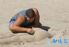 别人找女友过七夕,屌丝在沙滩也有屁股摸哦