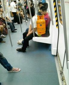 一上地铁吓一跳,仔细一看是广告