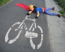 超人骑自行车