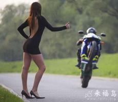 有这身材美女路边拦车,摩托车要摔跟头了