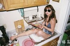 美女这样洗碗挺好的