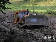 在这样的泥巴路上施工真是不易