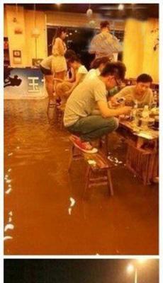 再大的雨也挡不住哥吃火锅