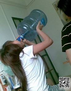 竟然有女人這樣喝水
