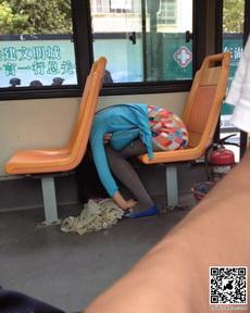 妹子,你这样睡觉会坐过站的