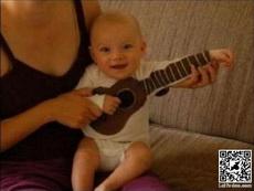 小朋友这衣服可以弹奏吉他