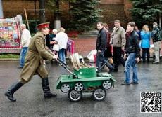 军人儿子的童车