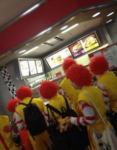 麦当劳的人去肯德基砸场子了
