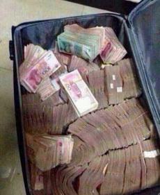 有时候出门旅行不需要带很多东西,一个小小的旅行箱就行了
