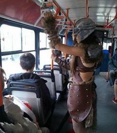 妹子是穿越回来坐公交的吗