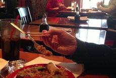 在中国学习会了怎么用筷子,看看!