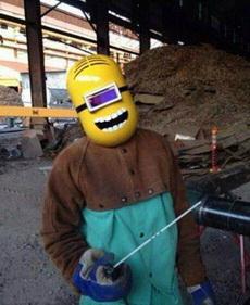 我家对面的工地上,这位大哥将他的焊接面具改装了一下