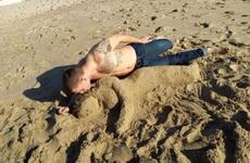 秀一张和女朋友在海边的恩爱照