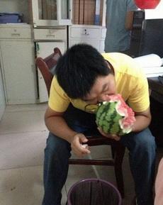 西瓜是这样剥皮吃的,强悍啊!