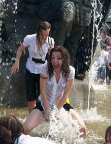 二货女友说喷泉消暑很有效
