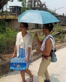 大熱天給女神撐傘的細心暖男!