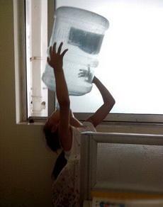 我們班的女漢子在喝水