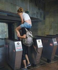 論情侶間過地鐵檢票的新技能