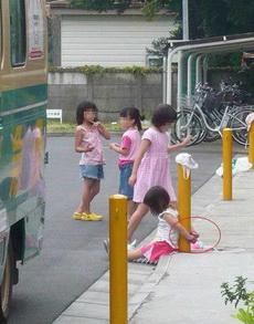 熊孩子们你们这是在玩什么?