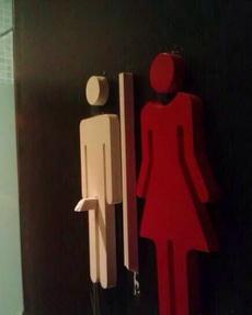 现在卫生间的标志牌越来越形象了