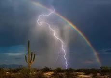 闪电和彩虹同时被拍到
