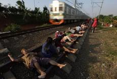 他们相信火车经过产生的电流能治病