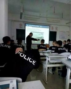 這位同學,上課還敢睡覺不!