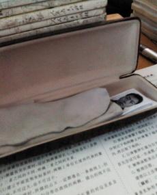 我打开了同桌的眼镜盒