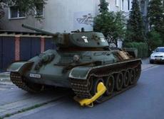 坦克咋啦?要不是拖不动我就直接把你拖走了