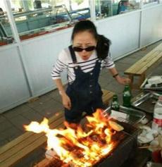 妹纸,你不知道灭火这事不能光用嘴吗?
