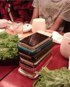 谁先拿手机,谁买单