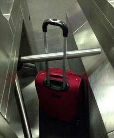 人過去了,但是行李卻卡住了