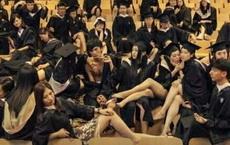 现在毕业照怎么跟拍三级片一样?