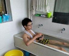 二逼室友就把厕所当成自己的床了