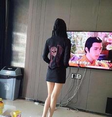 妹子让让,挡我看电视了。
