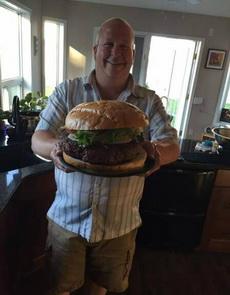 最近吃不了多少东西,一个汉堡就饱了。
