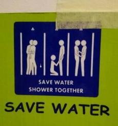 節約用水,一起洗澡,越來越看不懂現在的標語了。