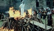 然后因为宇航服阻燃被供起来