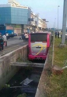 能把公共汽车开到水沟里去的司机也是蛮拼的