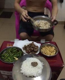 去朋友宿舍蹭饭,没碗,同学给我了个锅盖用