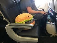 大姐为她心爱的汉堡买了张车票!