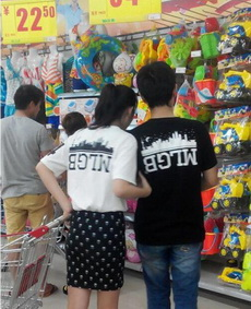 超市里看到一对情侣奇葩,穿了一对奇葩情侣衫。
